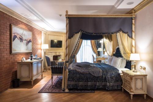 Een bed of bedden in een kamer bij Xheko Imperial Luxury Boutique Hotel