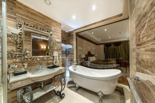 Een badkamer bij Xheko Imperial Luxury Boutique Hotel