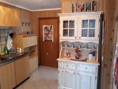 "A kitchen or kitchenette at Marilleva 1400 ""Il volpino"""
