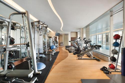 The fitness center and/or fitness facilities at Shangri-La Tokyo