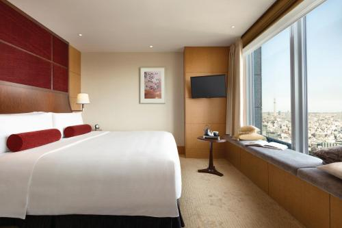 A bed or beds in a room at Shangri-La Tokyo