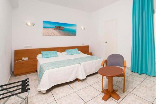 A bed or beds in a room at Hotel Tropical