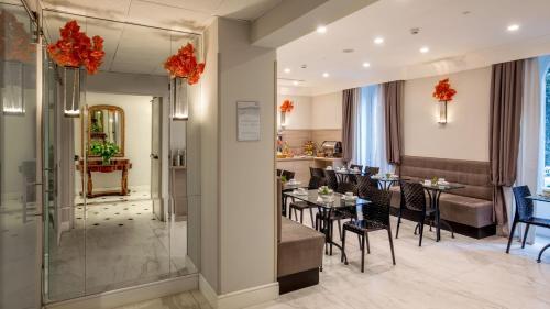 Um restaurante ou outro lugar para comer em Ludovisi Palace Hotel