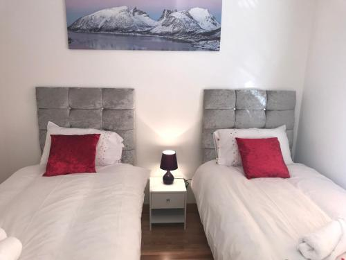 A bed or beds in a room at Basildon Fairview City Centre Apartment