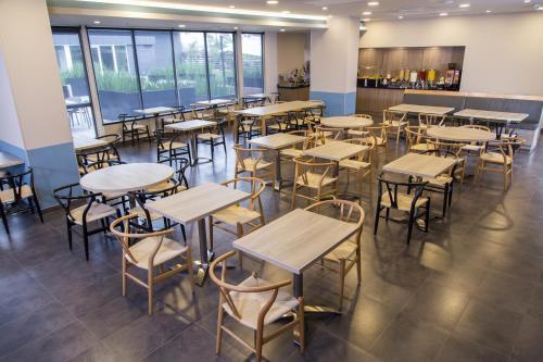 Restaurant ou autre lieu de restauration dans l'établissement City Express Plus Bogota Aeropuerto