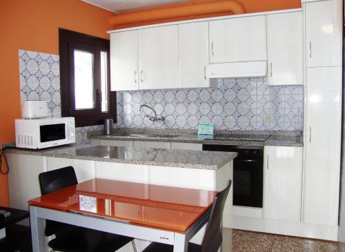 A kitchen or kitchenette at Apartamentos Arinsal 3000