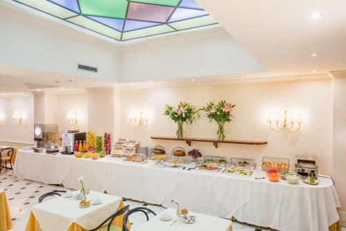A restaurant or other place to eat at Raeli Hotel Luce