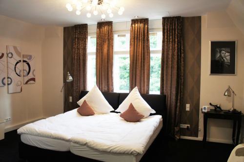A bed or beds in a room at Kleine Villa Frankfurt