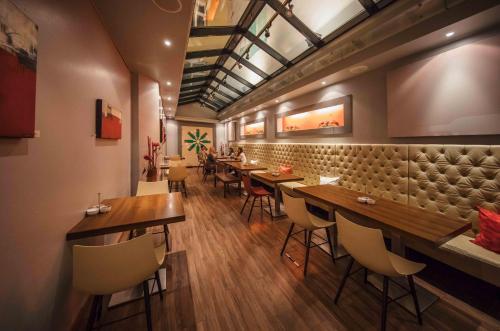 Een restaurant of ander eetgelegenheid bij Hotel Rathaus - Wein & Design