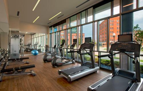 The fitness centre and/or fitness facilities at SpringHill Suites by Marriott Denver Downtown