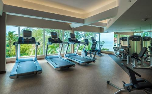 The fitness centre and/or fitness facilities at DoubleTree Resort by Hilton Hotel Penang