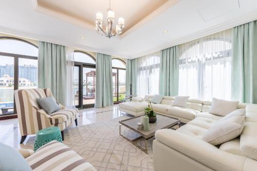منطقة جلوس في Charming 6BR Villa with Private Pool on Palm Jumeirah