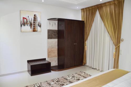 Uma TV ou centro de entretenimento em Maqam AL Diyafa