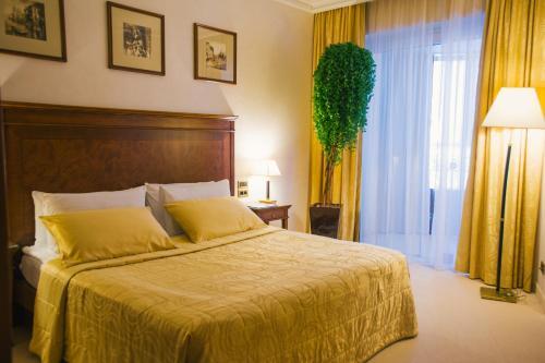 Кровать или кровати в номере Роял Плаза