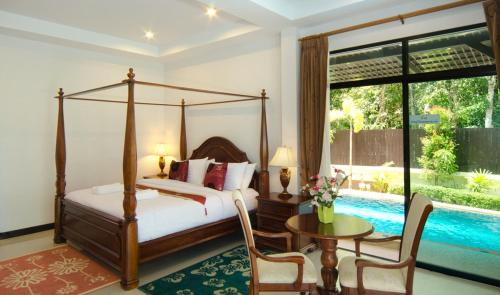 سرير أو أسرّة في غرفة في Nattha Waree Hotsprings Resort and Spa