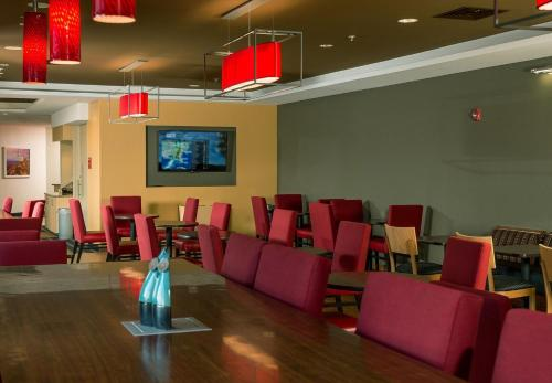 A restaurant or other place to eat at TownePlace Suites by Marriott Bangor