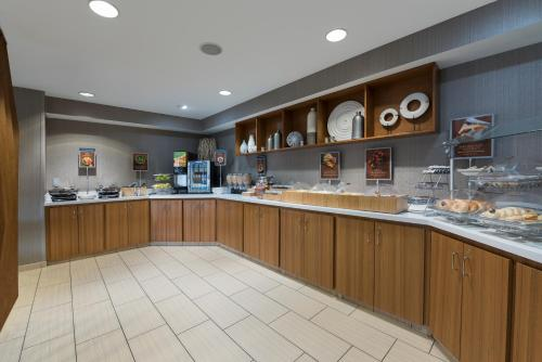 A restaurant or other place to eat at SpringHill Suites Grand Rapids North