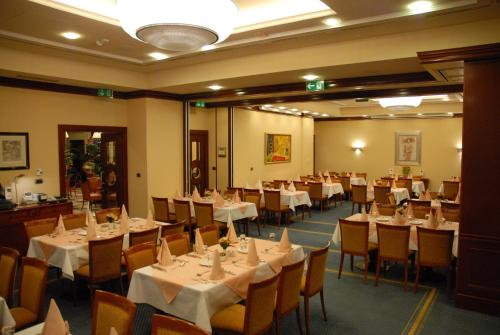 A restaurant or other place to eat at Best Western Premier Hotel Astoria
