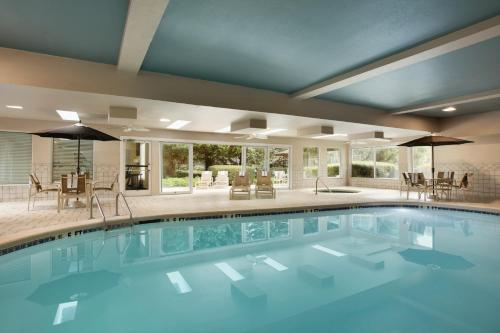 The swimming pool at or close to Country Inn & Suites by Radisson, Atlanta Airport North, GA