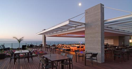 Um restaurante ou outro lugar para comer em Pestana Carlton Madeira Ocean Resort Hotel