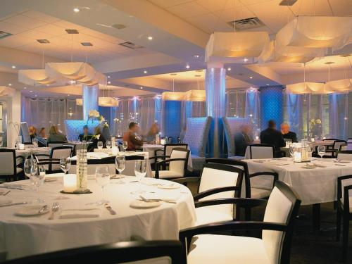 A restaurant or other place to eat at White Oaks Conference & Resort Spa