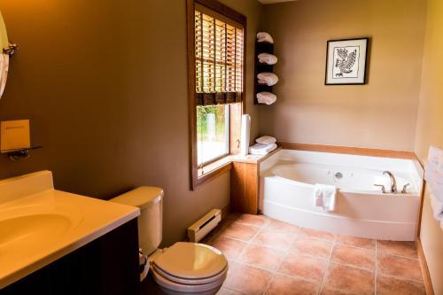 A bathroom at Tsa-Kwa-Luten Lodge