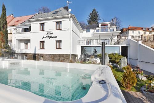 Бассейн в Wellness & SPA boutique Hotel pod lipkami Prague или поблизости