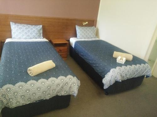 A bed or beds in a room at Halfway Motel