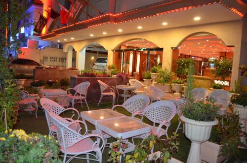 Um restaurante ou outro lugar para comer em Bedour Al Shark Furnished Units