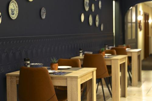 A restaurant or other place to eat at Hotel de Koophandel