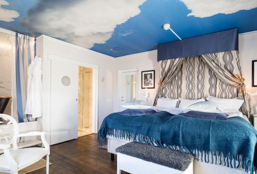 Säng eller sängar i ett rum på Bomans Hotell i Trosa