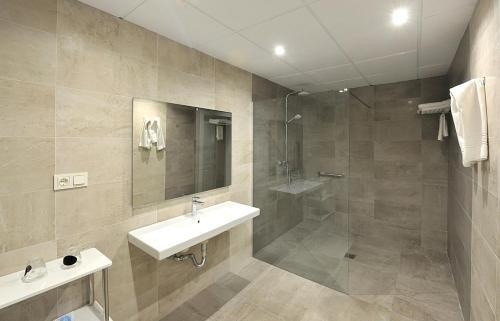 Un baño de Hotel Salobreña Suites