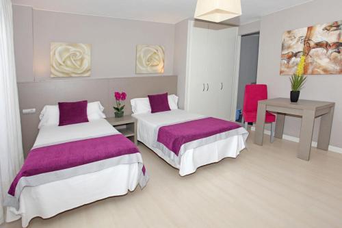 Säng eller sängar i ett rum på Hotel El Faro Marbella