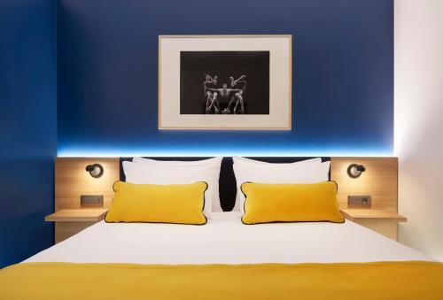 A bed or beds in a room at B&B Hôtel Paris 17 Batignolles