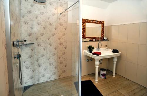 Ein Badezimmer in der Unterkunft Villa Rosamunde