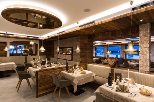 Ein Restaurant oder anderes Speiselokal in der Unterkunft Hotel Huber Hochland