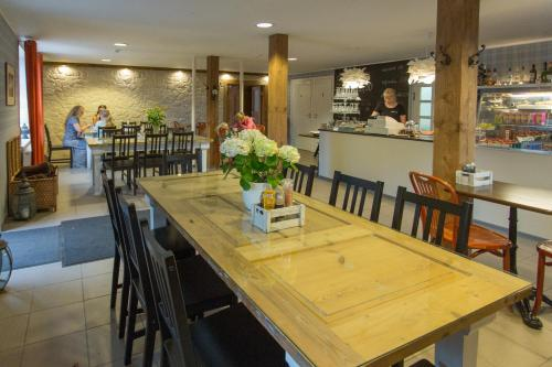 A restaurant or other place to eat at Willa Inga