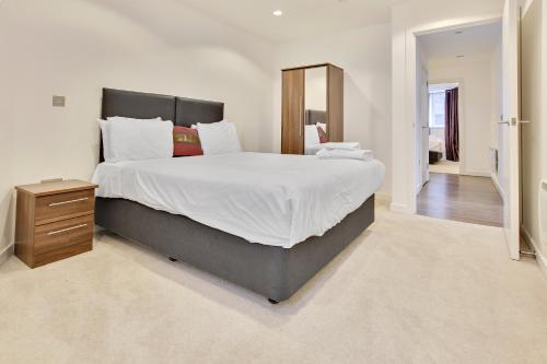 A bed or beds in a room at TheHeart Apartments by BridgeStreet
