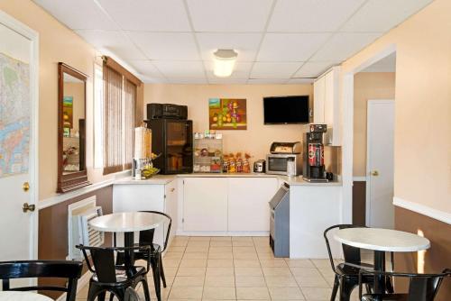 A kitchen or kitchenette at Knights Inn - Park Villa Motel, Midland