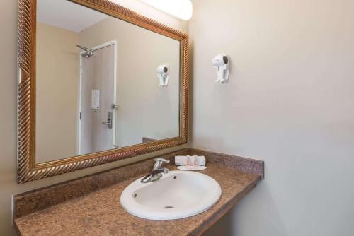 A bathroom at London Travel Inn