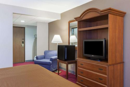 A television and/or entertainment centre at Travelodge by Wyndham Little Falls