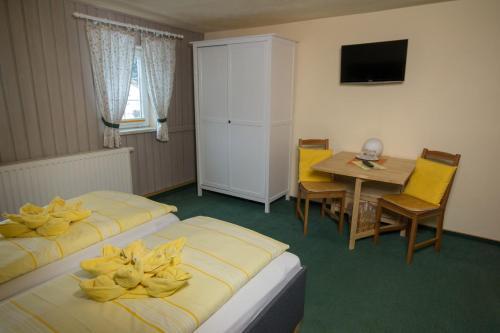 Ein Bett oder Betten in einem Zimmer der Unterkunft Pension Immergrün