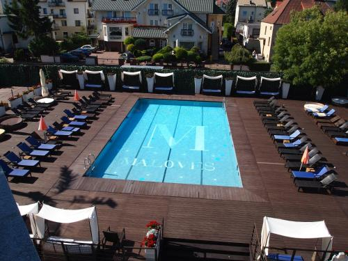 Widok na basen w obiekcie Maloves SPA & Resort lub jego pobliżu
