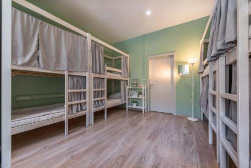 Двухъярусная кровать или двухъярусные кровати в номере Хостел Маяковский