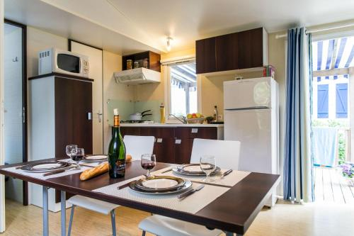 Een keuken of kitchenette bij L'Eden Vacances