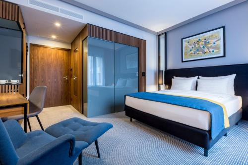 A bed or beds in a room at Grand Ascot Hotel