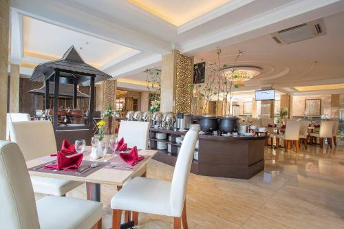A restaurant or other place to eat at Prima In Hotel Malioboro