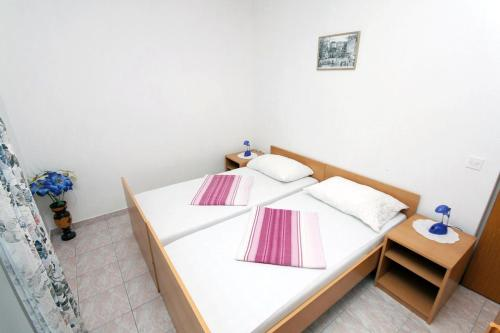 A bed or beds in a room at Apartments with a parking space Plat, Dubrovnik - 4776