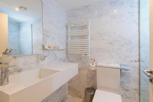 A bathroom at The Classic Hotel