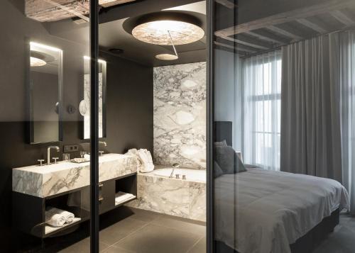 A bathroom at Gulde Schoen The Suite hotel